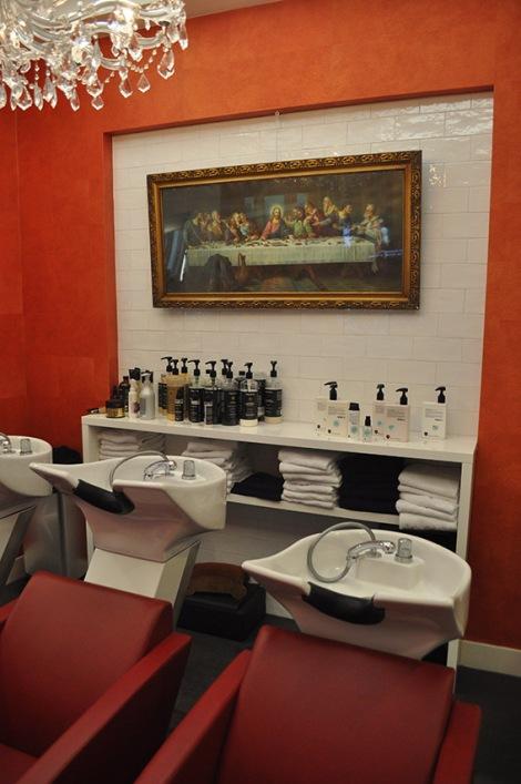 In deze chique salon in Haarlem is de sfeer altijd ontspannen en gezellig. Twee jaar geleden besloten Paul ten Bosch en Jan Hendrik Bosman hun visies te bundelen en kwam Huis ten Bosch Kappers tot stand. Ondertussen bestaat het team uit 4 personen en is deze salon uitgegroeid tot een stijlvolle, knusse en inspirerende plek.   Bij Huis ten Bosch kappers werken ze onder anderen met N.4. Een productielijn waarin de hoogste kwaliteit essentiële oliën en extracten worden gebruikt om beschadigingen te herstellen en het haar jong, soepel en fris van kleur te houden.   Huis ten Bosch Kappers  |  Schagchelstraat 24  |  2011 HZ Haarlem  |  023-5580833  Openingstijden: Ma: Gesloten Di: 10.00 - 19.00 Wo: 10.00 - 19.00 Do: 10.00 - 21.00 Vr: 10.00 - 19.00 Za: 10.00 - 17.00